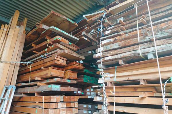 出番を待つ、整理された材木たち